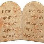 Mit mond a Tízparancsolat a családról?